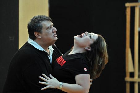 Sondra Radvanovsky iAmbrogio Maestri (Tosca i Scarpia al primer repartiment) durant un assaig. © Antoni Bofill