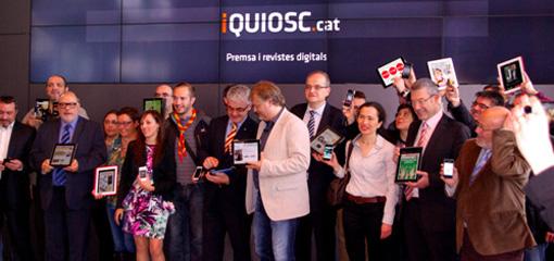 Els editors presents a l'acte es van fer una fotografia amb la imatge de la seva capçalera en un dispositiu mòbil