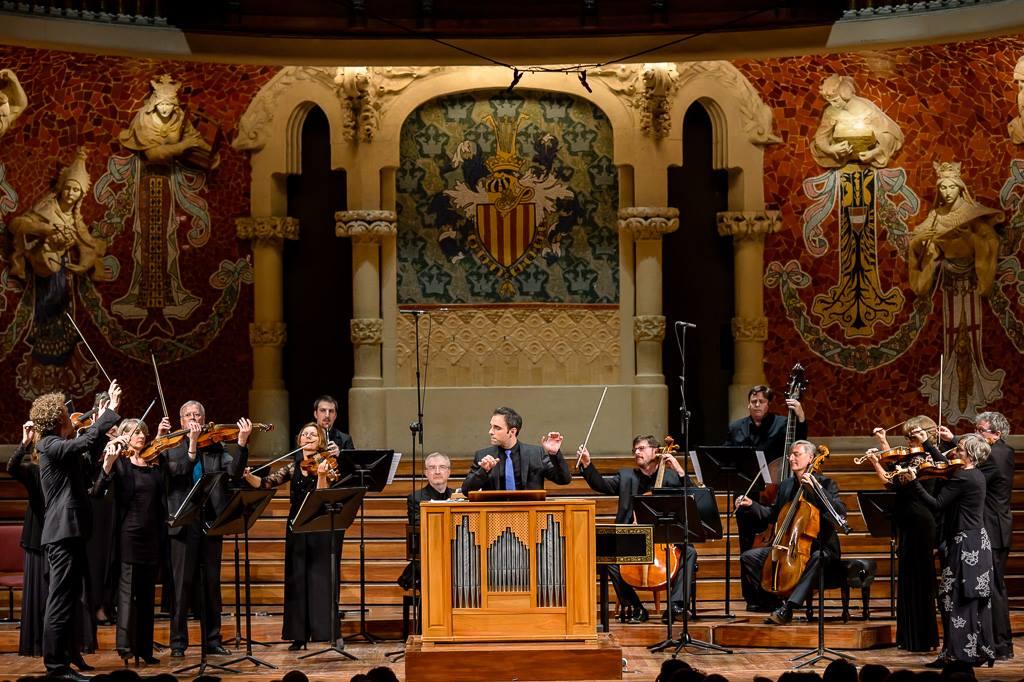 Juan de la Rubia envoltat per la Freiburger Barockorchester al Palau de la Música Catalana. Foto: Lorenzo di Nozzi