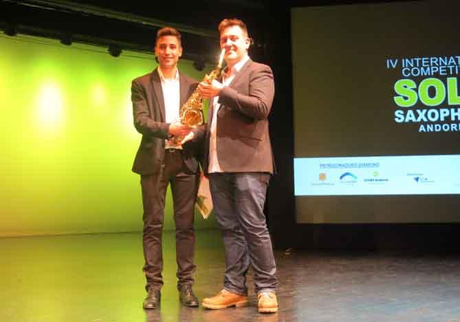 Francisco Rusillo rep un saxòfon com a premi del Concurs