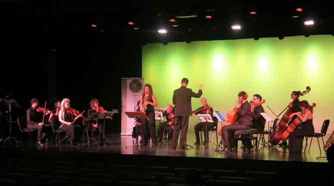Actuació d'una finalista amb l'orquestra Kammart