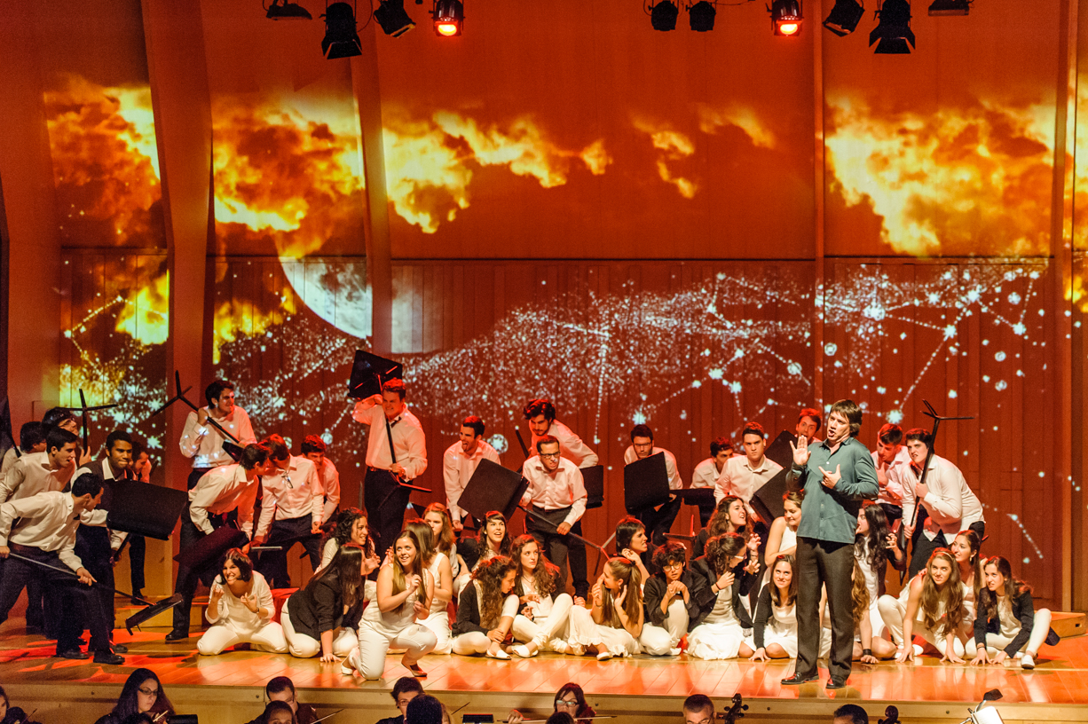 El Cor Jove de l'Orfeó Català en la producció de Dido i Aeneas de Purcell que van representar amb vídeo mapping d'Aleix Viadé.
