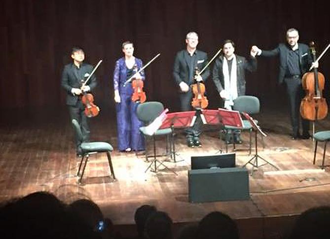 El Quatuor Diotima amb Hèctor Parra, en acabar la interpretació de la seva obra Leaves of reality (imatge capturada des del Facebook d'Hèctor Parra)