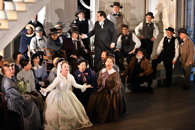 Julia Lezhneva amb el Cor del Gran Teatre del Liceu. © Antoni Bofill