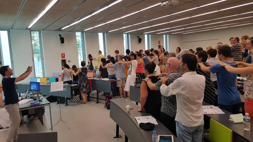 Cada matí el Simposi Mundial de Música Coral, organitzat per la Federació Catalana d'Entitats Corals, feia una vocalització col·lectiva a les aules del Campus de Ciutadella de la UPF.