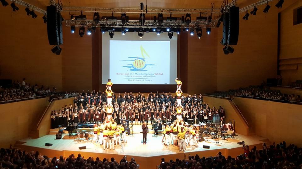 La sala Pau Casals va acollir el concert inaugural del Simposi Mundial de Música Coral, amb la participació d'una colla castellera, que va aixecar uns pilars per donar la benvinguda als participants