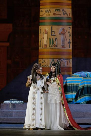 Monica Zanettin i Olesya Petrova, Aida i Amneris a la producció clàssica de Franco Zeffirelli de l'òpera de Verdi. Foto: ©Ph Ennevi. Courtesy of Fondazione Arena di Verona
