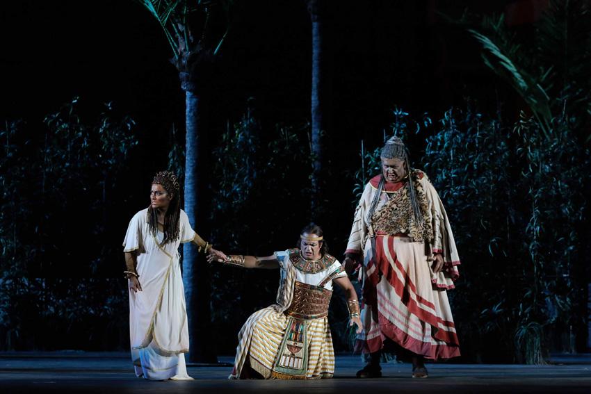 Monica Zanettin, Gaston Rivero i Ambrogio Maestri a Aida de Verdi. Foto: ©Ph Ennevi. Courtesy of Fondazione Arena di Verona