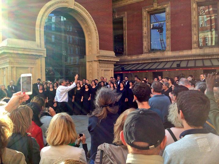 Simon Halsey dirigeix l'Orfeó Català a les portes del Royal Albert Hall de Londres.
