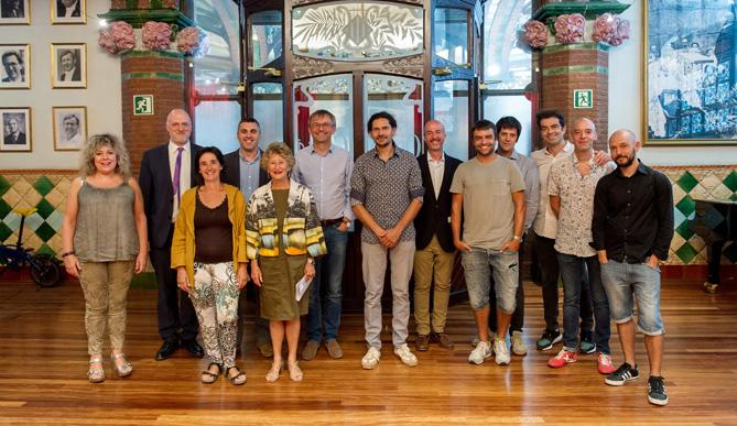 Foto de família de la roda de premsa de presentació del concert, amb alguns dels artistes que hi participaran. © Antoni Bofill