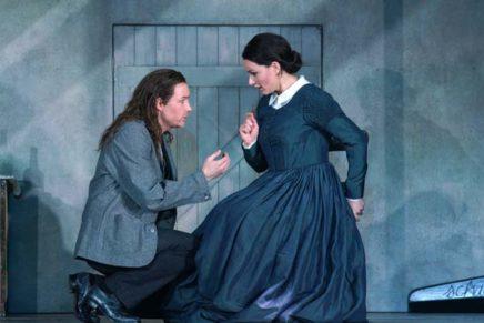 Una 'Bohème' austera i plena de vida teatral